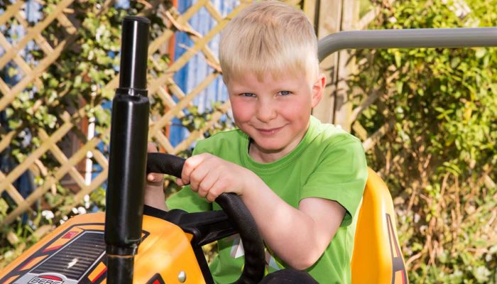 Junge auf Go-Kart